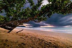 Piękne plaże i podeszczowe chmury w evening Tajlandia zdjęcia royalty free