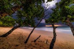 Piękne plaże i podeszczowe chmury w evening Tajlandia obrazy stock