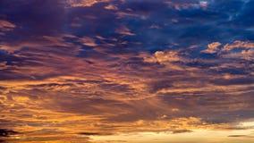 Piękne pomarańcze i błękita chmury Horyzontalne obraz stock