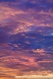 Piękne pomarańcze i błękita chmury Pionowo obrazy royalty free