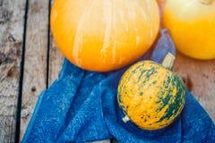 Piękne pomarańczowe banie na drewnianym tle Jesień, żniwo obraz stock