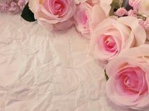 Piękne róże kwitną na papierowym tekstury tle z filtrami barwią kopię i interliniują Zdjęcia Stock