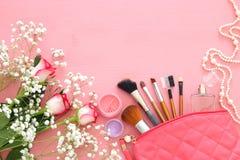 piękne róże obok makeup i pachnidło na drewnianym tle zdjęcia stock