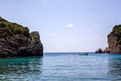 Piękne rockowej formaci wyspy lub wysepka otaczający bardzo stunning błękitne wody Turystyczne łodzie i jachty byli wszystko woko Zdjęcie Royalty Free