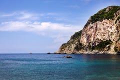 Piękne rockowej formaci wyspy lub wysepka otaczający bardzo stunning błękitne wody Turystyczne łodzie i jachty byli wszystko woko Fotografia Stock