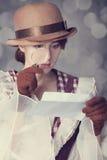 Piękne rudzielec kobiety z powiększać - szkło. Obrazy Royalty Free