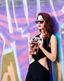 Piękne rudzielec kobiety z retro kamerą Zdjęcie Royalty Free