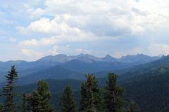Piękne sceniczne chmury na góra krajobrazie Sayany zdjęcie stock