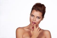 Piękne seksowne brunetki kobiety łasowania malinki na białym tle, zdrowy jedzenie, smakowity jedzenie, organicznie Obraz Royalty Free