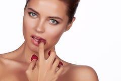 Piękne seksowne brunetki kobiety łasowania malinki na białym tle, zdrowy jedzenie, smakowity jedzenie, organicznie Zdjęcia Royalty Free