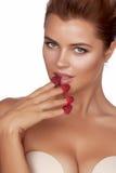 Piękne seksowne brunetki kobiety łasowania malinki na białym tle, zdrowy jedzenie, smakowity jedzenie, organicznie Fotografia Royalty Free