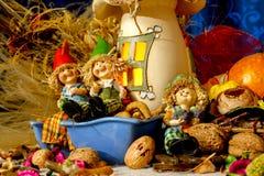 Piękne składu iwith figurki dziecko, przekąski, suszą liście, orzechy włoskich i nieociosaną dekorację, fotografia royalty free