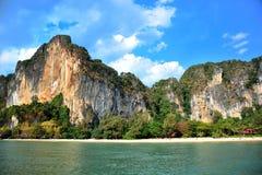 Piękne skały nad tropikalna plaża obraz stock
