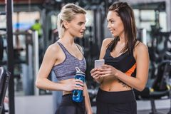 piękne sportowe kobiety sprawdza trenować wynikają na smartphone Obrazy Royalty Free