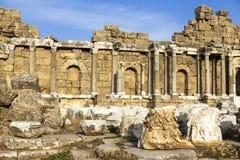 Piękne stare ruiny na Pogodnym letnim dniu Ruiny Bizantyjski miasto, kolumny, kamienie i ściany z ornamentem, niszczyć dom, Zdjęcie Royalty Free