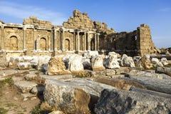 Piękne stare ruiny na Pogodnym letnim dniu Ruiny Bizantyjski miasto, kolumny, kamienie i ściany z ornamentem, niszczyć dom, Fotografia Stock