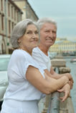 Piękne starsze osoby dobierają się plenerowego obrazy royalty free