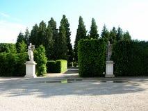 Piękne statuy w ogródzie niski belwederu pałac Zdjęcia Royalty Free