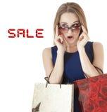 Piękne szczęśliwe młodej kobiety mienia zakupy prezenta torby. obraz royalty free