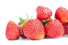 Piękne truskawkowe owoc na bielu Czerwone świeże jagody z zielonymi liśćmi Zbliżenie płytka głębia pole fotografia Obraz Stock