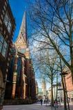 Piękne ulicy wokoło Rathaus przy Hamburskim centrum miasta zdjęcie stock