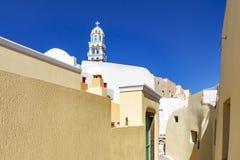 Piękne wąskie kolorowe ulicy Emporio, Santorini, Grecja z kościelnym górują dokąd ty patrzejesz obraz stock