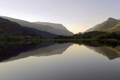 Piękne Walijskie góry odbijać w wciąż nawadniają jeziorny Llyn Padarn, Llan Beris Walia zdjęcie royalty free