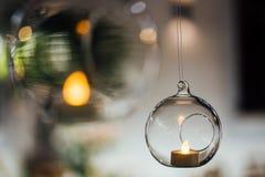 Piękne wiszące szklane piłki dla świeczek, zakończenie Nowożytne ślubne wystrój skłonność minimalista zdjęcia royalty free