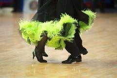 Piękne womanish i męskie nogi w aktywnym sala balowa tanu, obrazy stock