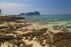 piękne wysp brytyjskich wysp raju piasku palm piaskowatych kawałki drzewa w kolorze turkusowym dziewica white wody Bambusowy wysp Zdjęcia Stock