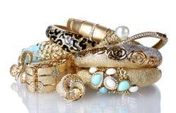 Piękne złote bransoletki i pierścionki zdjęcia stock
