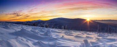 Piękne zim góry w kolorowym świetle powstający słońce Zdjęcia Royalty Free