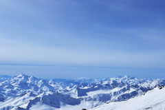 Piękne zim góry z niebieskim niebem, śnieżni szczyty zadziwiający sceniczny natura krajobraz Obrazy Royalty Free