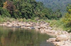pięknego świeżego powietrza rzeczna natura, Duży kamień, stos skały zakończenia rzeki natura Zdjęcia Royalty Free