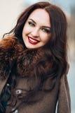 pięknego żakieta futerkowa luksusowa kobieta Elegancka brunetki kobieta w brown żakiecie młoda seksowna zmysłowa uwodzicielska ko obrazy royalty free