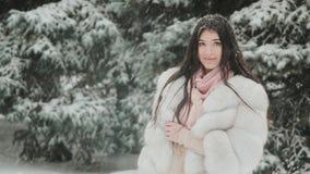 pięknego żakieta futerkowi zima kobiety potomstwa Zima portret zdjęcie wideo