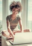 Pięknego Afro Amerykańska dziewczyna w domu Zdjęcie Royalty Free