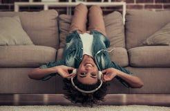 Pięknego Afro Amerykańska dziewczyna w domu Fotografia Royalty Free