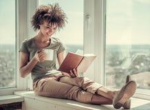 Pięknego Afro Amerykańska dziewczyna w domu Zdjęcia Stock