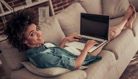 Pięknego Afro Amerykańska dziewczyna w domu Obrazy Royalty Free