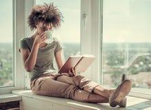 Pięknego Afro Amerykańska dziewczyna w domu Zdjęcie Stock