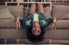 Pięknego Afro Amerykańska dziewczyna w domu Obraz Stock