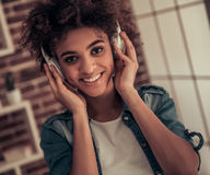 Pięknego Afro Amerykańska dziewczyna w domu Zdjęcia Royalty Free