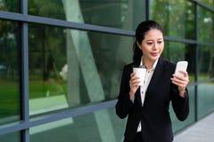 Pięknego banka personelu damy napoju gorąca kawa Obrazy Stock