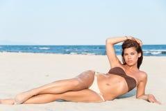 Pięknego bikini wzorcowy pozować na plaży Fotografia Royalty Free