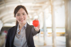 Pięknego bizneswomanu mienia czerwona kierowa ostrość na rękach Fotografia Stock