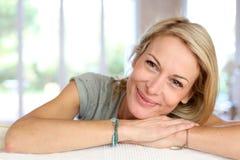 pięknego blondynów odosobnionego portreta uśmiechnięta biała kobieta Zdjęcie Stock