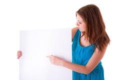 Pięknego brunetki mienia pusta biała deska Fotografia Royalty Free