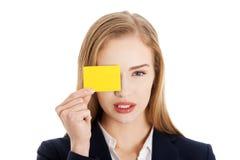 Pięknego caucasian biznesowej kobiety mienia koloru żółtego ogłoszenia towarzyskiego pusta karta zdjęcie royalty free