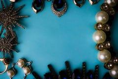 Pięknego cennego błyszczącego jewellery biżuterii modny wspaniały set, kolia, kolczyki, pierścionki, łańcuchy, broszki obrazy stock